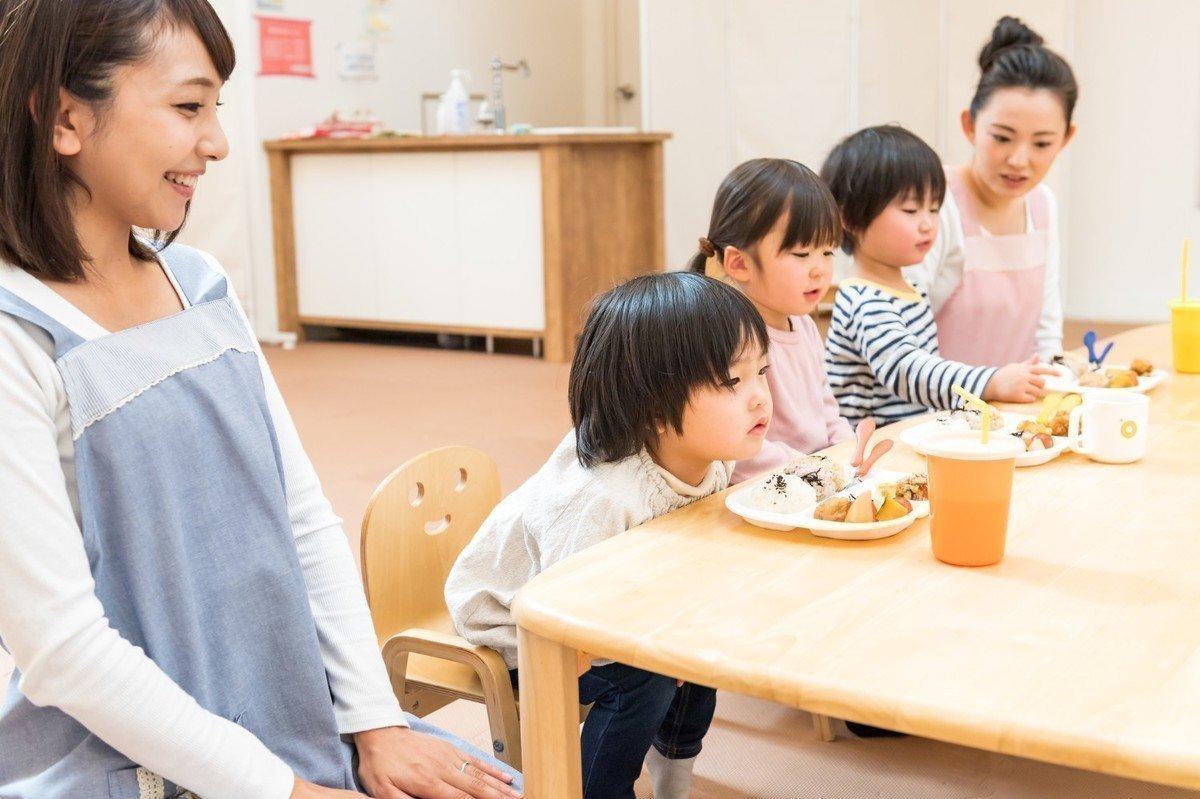 保育園で働く栄養士の仕事内容には保育業務や事務作業もある?の画像